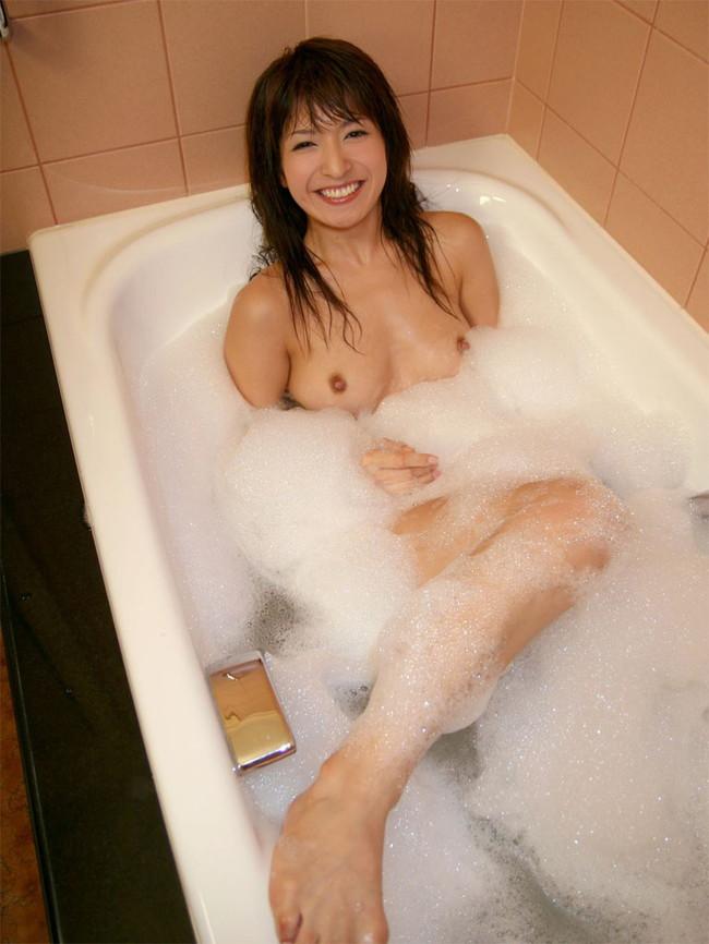 【おっぱい】お風呂の中でおっぱいふよんふよん浮かしてるようなおっぱいエロ画像! 11