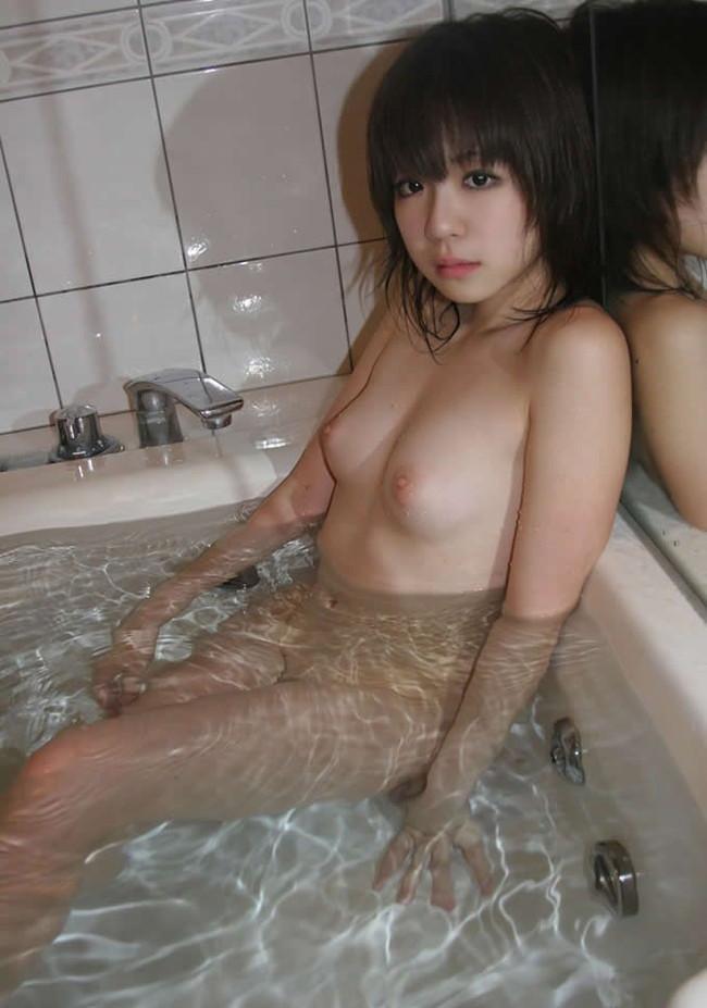 【おっぱい】シャワーの水滴がおっぱいを転がり落ちる…。思わず見入ってしまう入浴シーン! 06