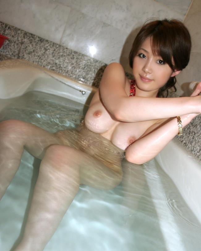 【おっぱい】シャワーの水滴がおっぱいを転がり落ちる…。思わず見入ってしまう入浴シーン! 13
