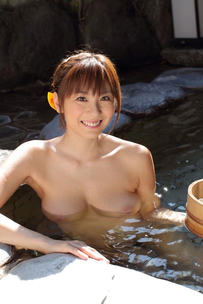 【おっぱい】温泉で見つけたとんでもない爆乳のお姉さん!【30枚】 06