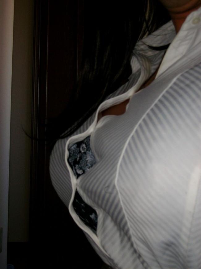 【おっぱい】ブラウスの着衣巨乳やチラ見えしてる谷間がエロすぎる!【30枚】 17
