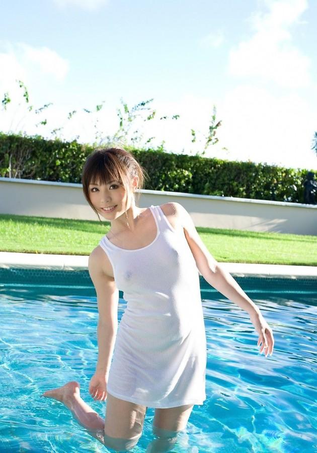 【おっぱい】服の上から乳首がしっかり確認できちゃうエロ画像!【30枚】 14