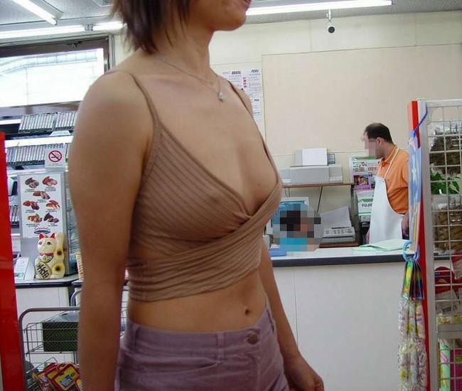【おっぱい】服の上から乳首がしっかり確認できちゃうエロ画像!【30枚】 21