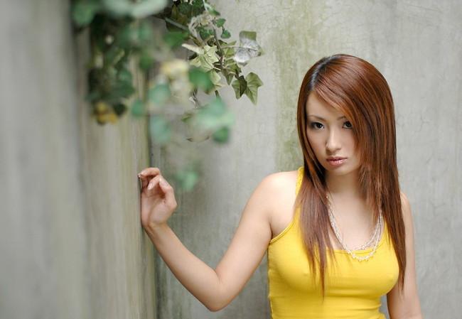 【おっぱい】服の上から乳首がしっかり確認できちゃうエロ画像!【30枚】 24