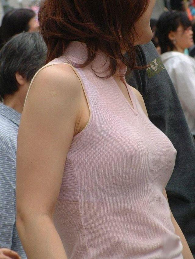 【おっぱい】服の上から乳首がしっかり確認できちゃうエロ画像!【30枚】 28
