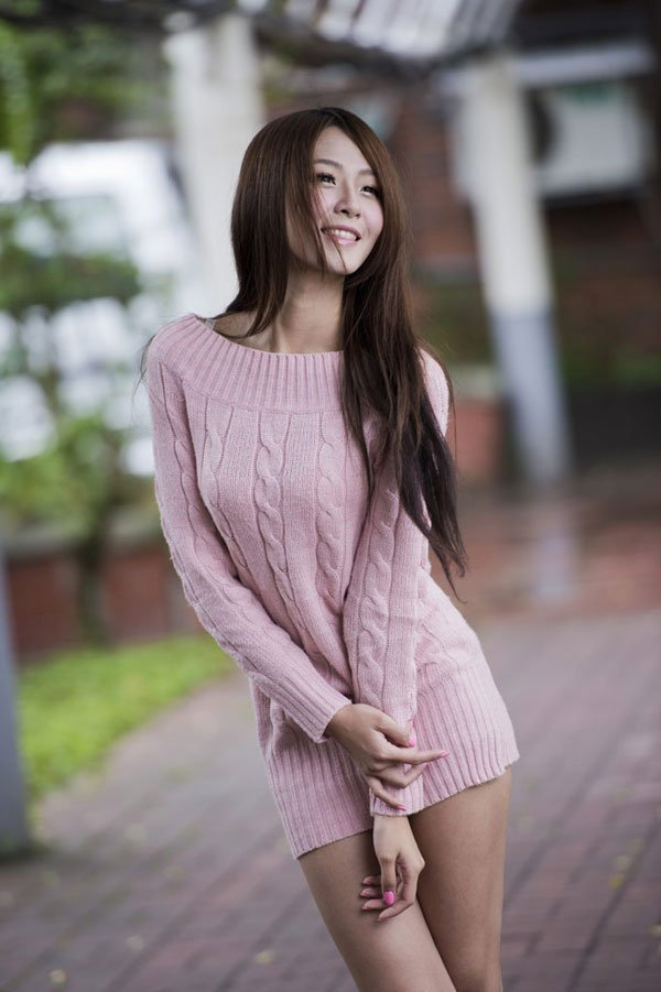 【おっぱい】ニットやセーターの上からでも分かっちゃう巨乳がエロすぎる!【30枚】 16