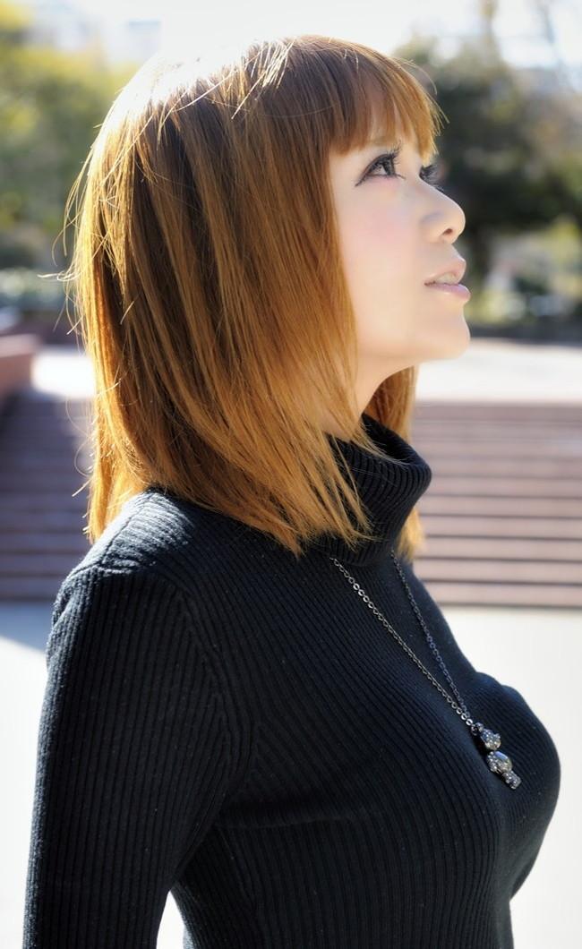【おっぱい】ニットやセーターの上からでも分かっちゃう巨乳がエロすぎる!【30枚】 18