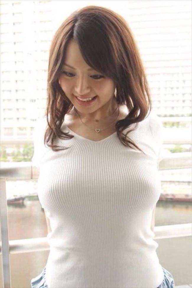 【おっぱい】ニットやセーターの上からでも分かっちゃう巨乳がエロすぎる!【30枚】 23