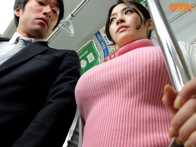 【おっぱい】ニットやセーターの上からでも分かっちゃう巨乳がエロすぎる!【30枚】 24