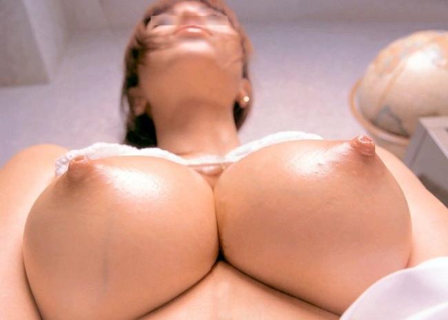 【おっぱい】美しい弧を描いている下乳が神々しい!【30枚】 27