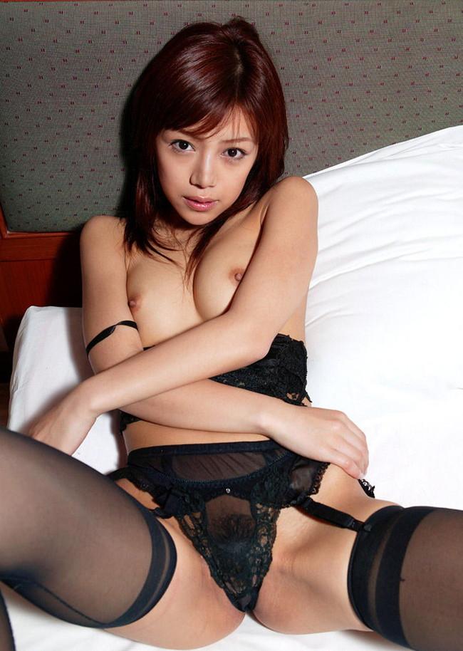 【おっぱい】ガーターベルトを着けつつおっぱい丸出しのエロ過ぎる女性!【30枚】 27