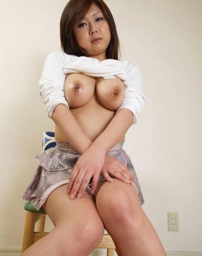 【おっぱい】大人の魅力を感じる人妻のスケベな巨乳画像【30枚】 06