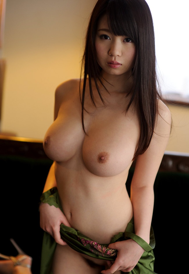 【おっぱい】女性らしいロングヘアーのお姉さんがおっぱい晒してるww【30枚】 01