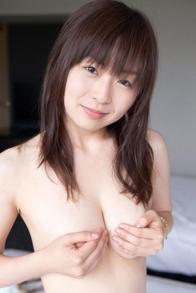 【おっぱい】j恥ずかしそうに手ブラでおっぱいを隠している女の子!【30枚】 04