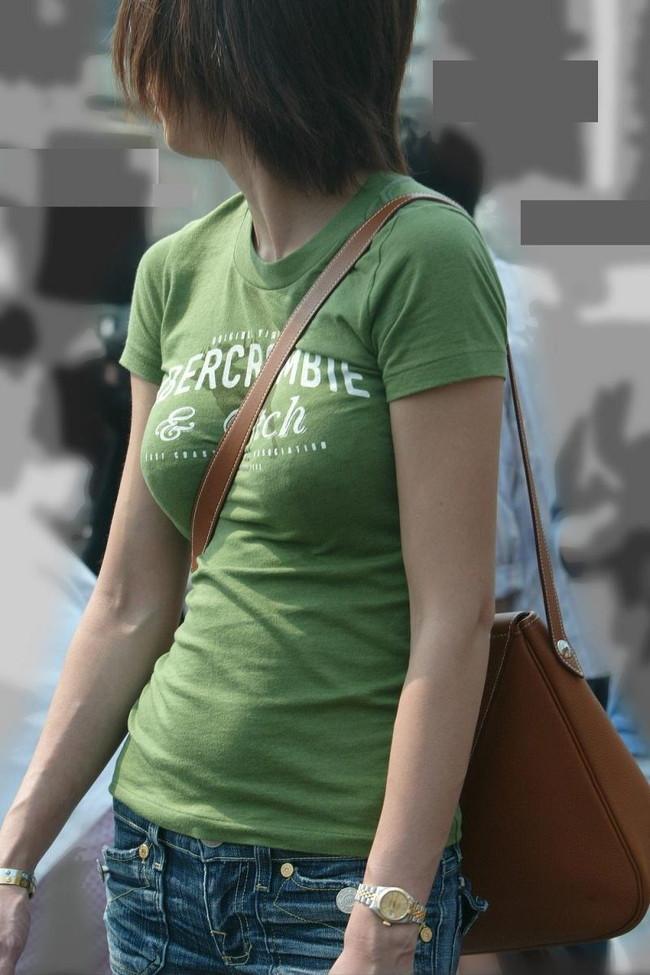 【おっぱい】巨乳のくせに斜めがけバッグでおっぱい強調しちゃうスケベ女ww【30枚】 06
