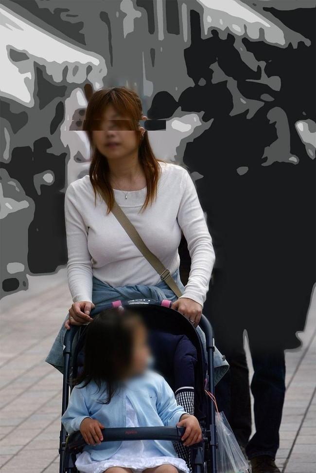 【おっぱい】巨乳のくせに斜めがけバッグでおっぱい強調しちゃうスケベ女ww【30枚】 09