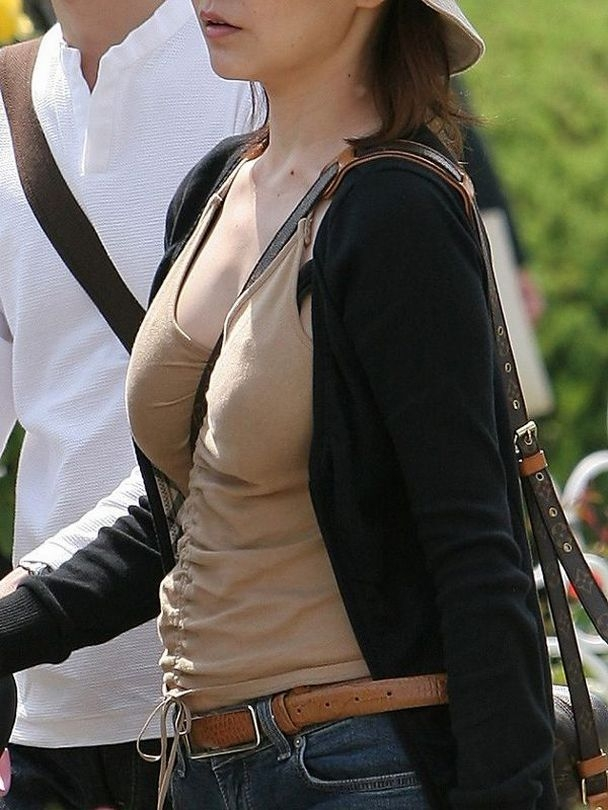 【おっぱい】巨乳のくせに斜めがけバッグでおっぱい強調しちゃうスケベ女ww【30枚】 17