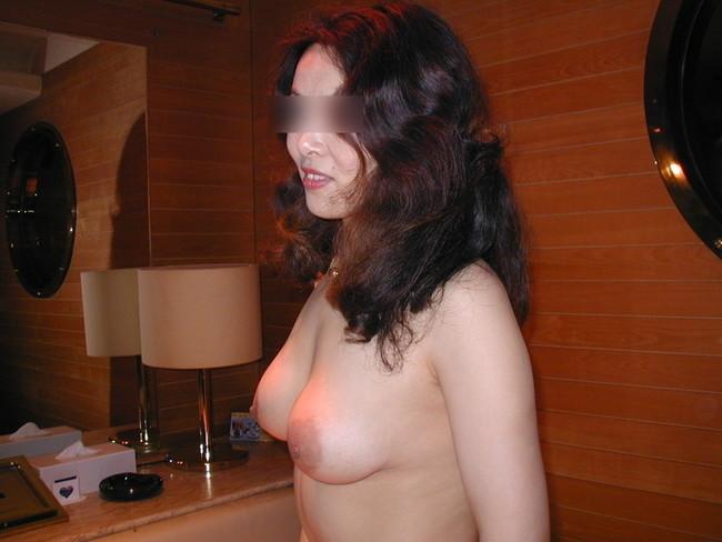 【おっぱい】ラブホテルで存在感のある巨乳にムラムラしちゃうエロ画像【30枚】 17