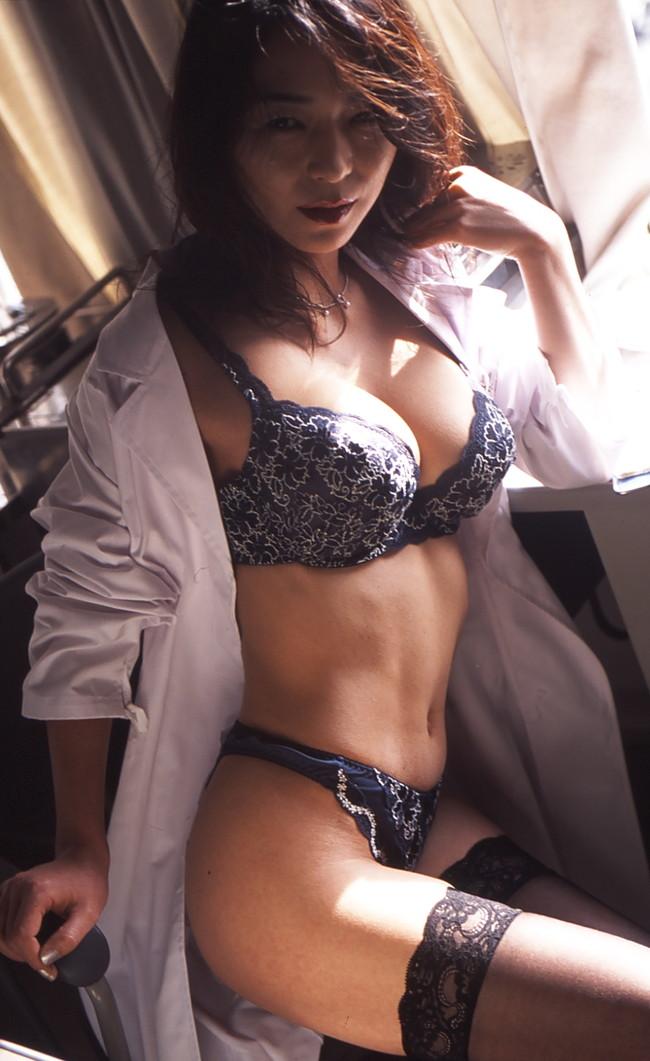 【おっぱい】肉体の全てを知り尽くした女医さんのおっぱいがイヤらしい【30枚】 26