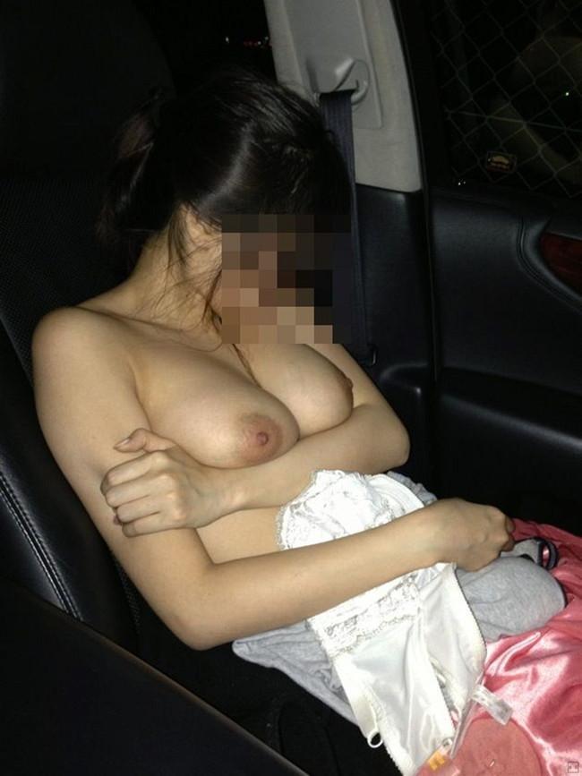 【おっぱい】車の中でおっぱい丸出しにしちゃってるスケベなお姉さんww【30枚】 06