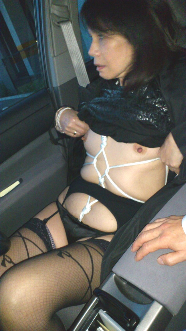【おっぱい】車の中でおっぱい丸出しにしちゃってるスケベなお姉さんww【30枚】 16
