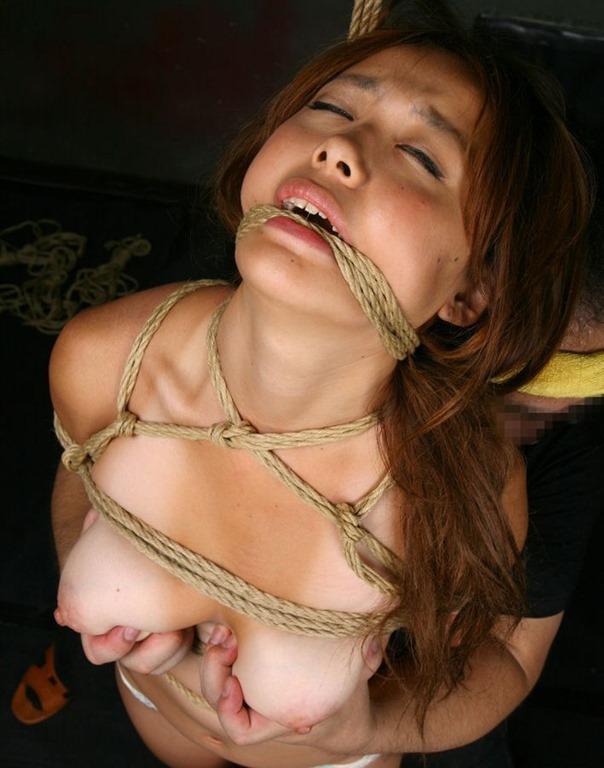 【おっぱい】紐などで縛られてしまっておっぱいが強調されてるエロ画像ww【30枚】 13