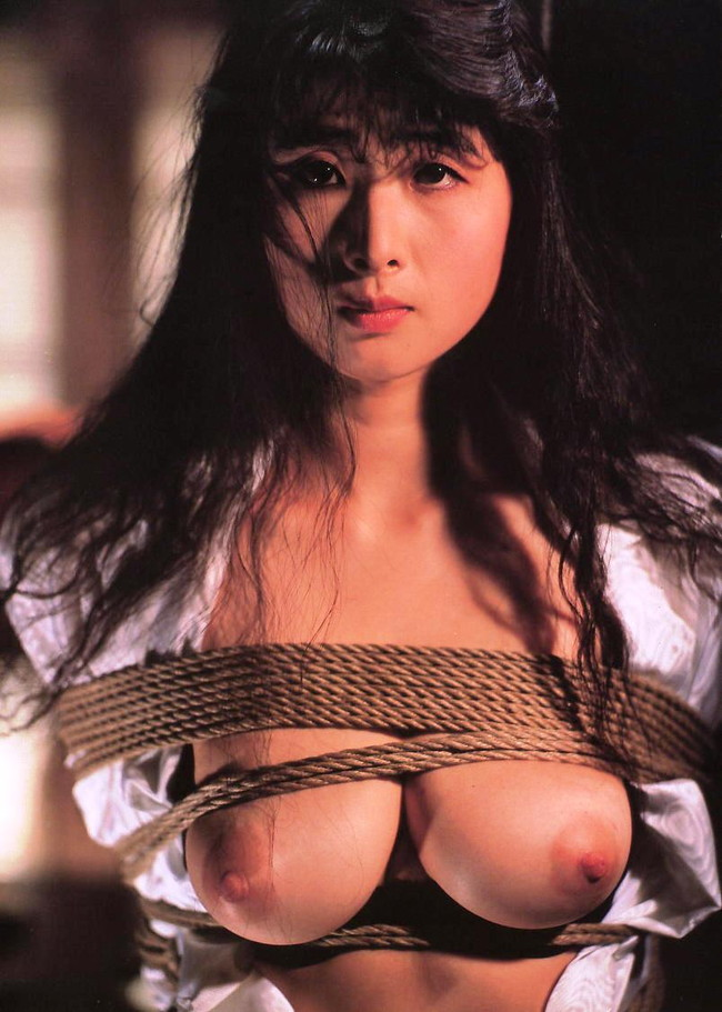 【おっぱい】紐などで縛られてしまっておっぱいが強調されてるエロ画像ww【30枚】 18