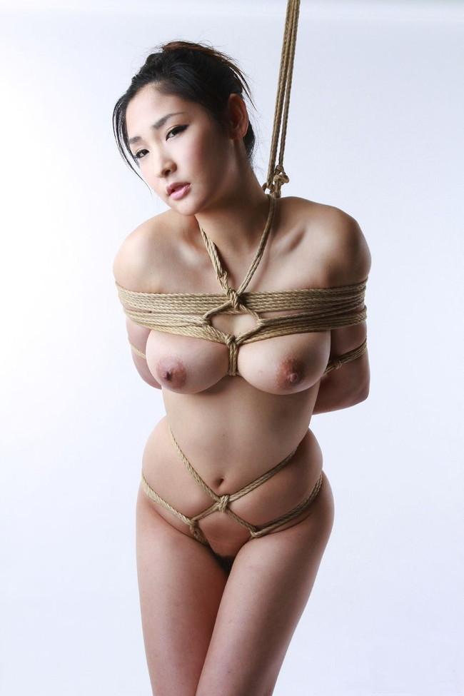 【おっぱい】紐などで縛られてしまっておっぱいが強調されてるエロ画像ww【30枚】 27