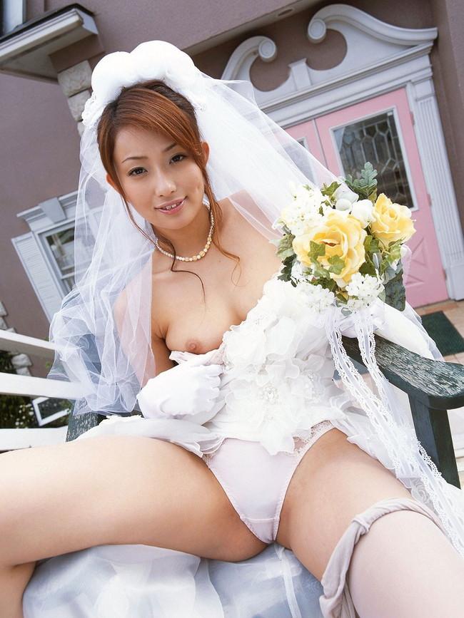 【おっぱい】ウェディングドレスに包まれながらおっぱい丸出しにしてる新婦さん!【30枚】 03