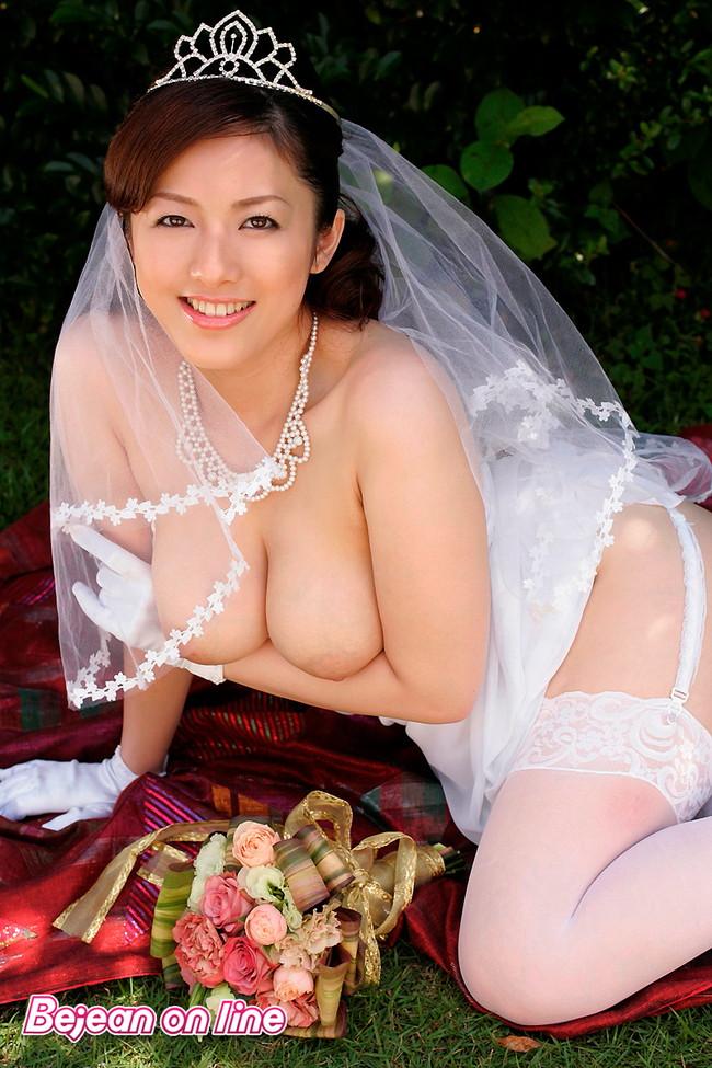 【おっぱい】ウェディングドレスに包まれながらおっぱい丸出しにしてる新婦さん!【30枚】 13