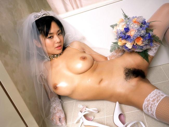 【おっぱい】ウェディングドレスに包まれながらおっぱい丸出しにしてる新婦さん!【30枚】 17