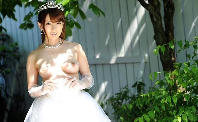 【おっぱい】ウェディングドレスに包まれながらおっぱい丸出しにしてる新婦さん!【30枚】 18