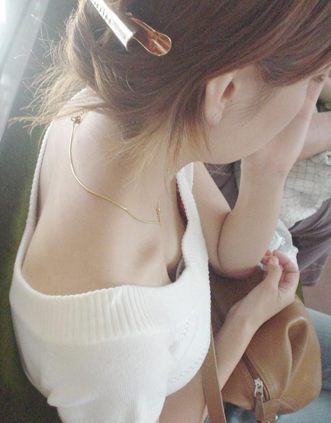 【おっぱい】貧乳過ぎてあっさり胸チラしちゃってるお姉さん!【30枚】 05