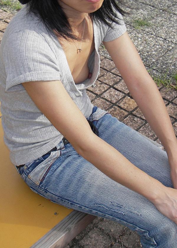 【おっぱい】貧乳過ぎてあっさり胸チラしちゃってるお姉さん!【30枚】 11