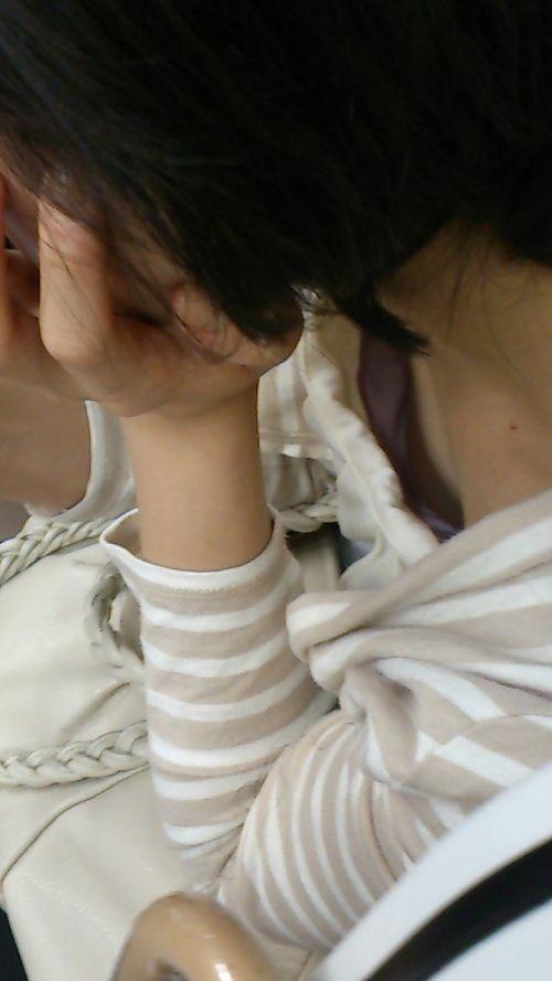 【おっぱい】貧乳過ぎてあっさり胸チラしちゃってるお姉さん!【30枚】 23