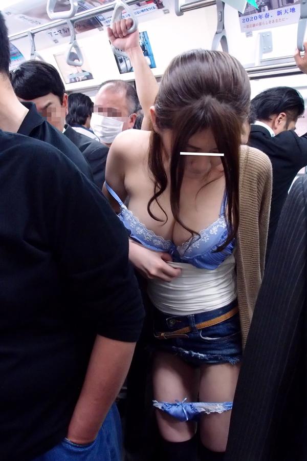 【おっぱい】電車やバスでおっぱいを執拗に痴漢されてるお姉さんのエロ画像!【30枚】 01