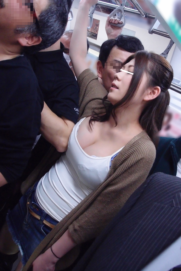 【おっぱい】電車やバスでおっぱいを執拗に痴漢されてるお姉さんのエロ画像!【30枚】 03