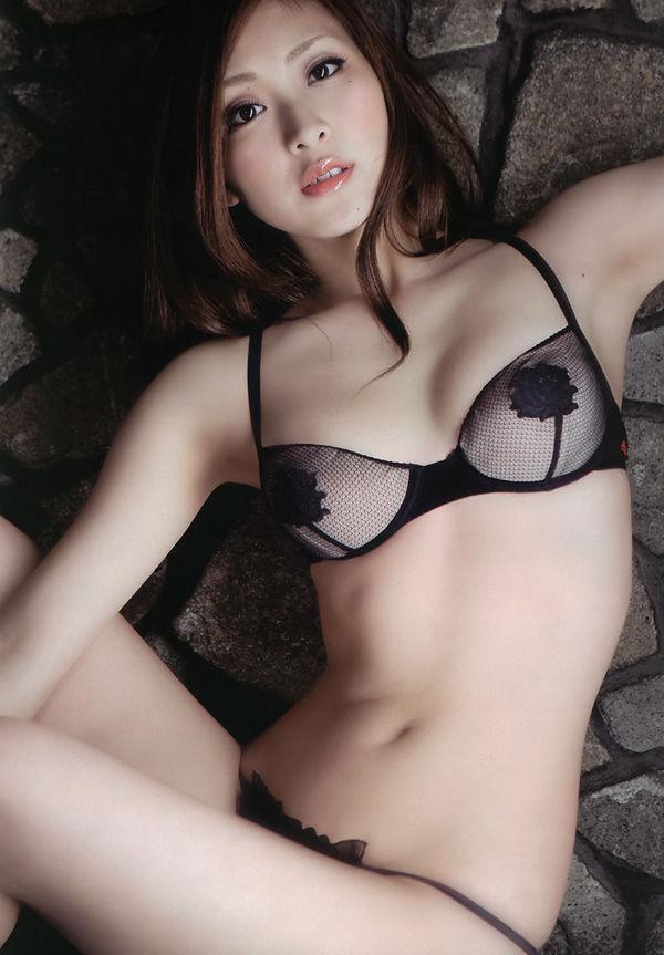 【おっぱい】黒下着が扇情的なお姉さんのエロ画像!【30枚】 17