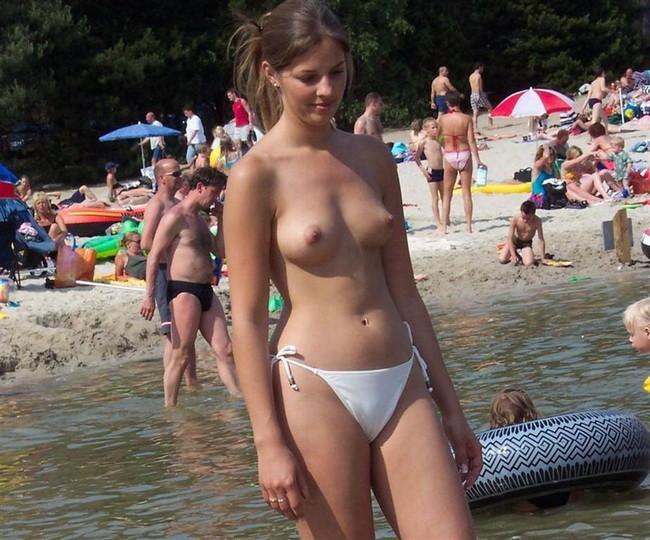 【おっぱい】ビーチで露出やセックスしちゃってるお姉さんたちww【30枚】 13