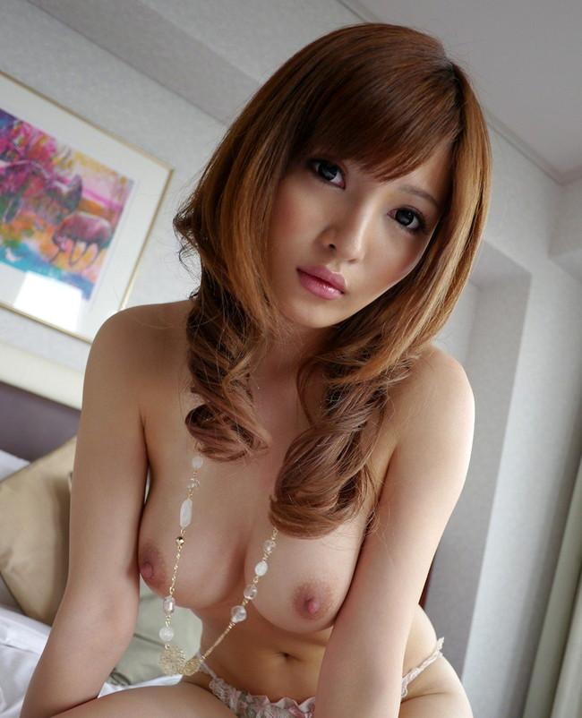 【おっぱい】前かがみになって男性を誘惑しているお姉さんのエロ画像!【30枚】 04