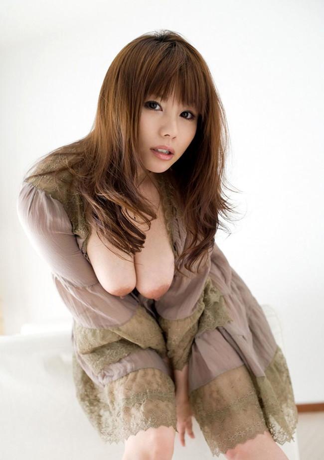 【おっぱい】前かがみになって男性を誘惑しているお姉さんのエロ画像!【30枚】 17