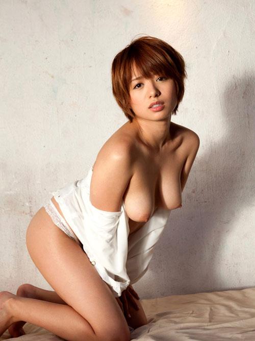 【おっぱい】前かがみになって男性を誘惑しているお姉さんのエロ画像!【30枚】 25
