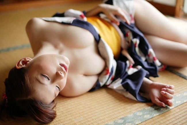 【おっぱい】服がはだけておっぱいがまろびでちゃってるエロ画像!【30枚】 09