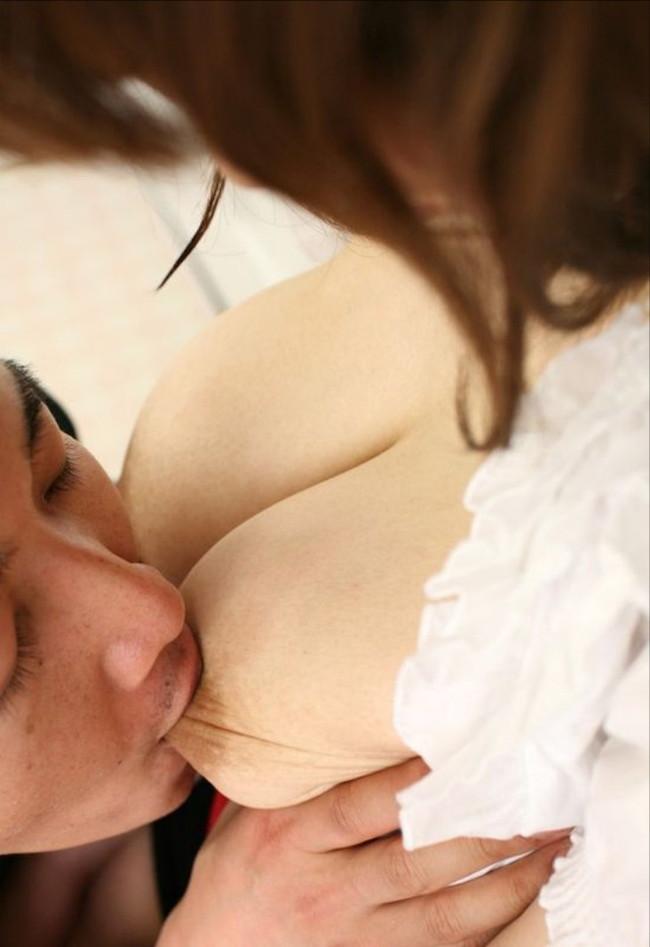【おっぱい】ふっくらとした乳首を舐めまわしちゃってるエロ画像!【30枚】 17