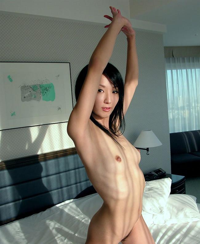 【おっぱい】肋骨が浮くほどスレンダーなお姉さんのエロ画像!【30枚】 20