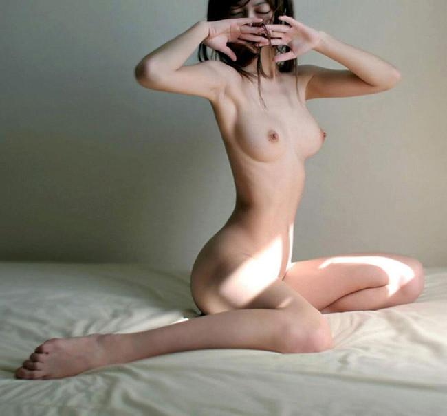 【おっぱい】肋骨が浮くほどスレンダーなお姉さんのエロ画像!【30枚】 25
