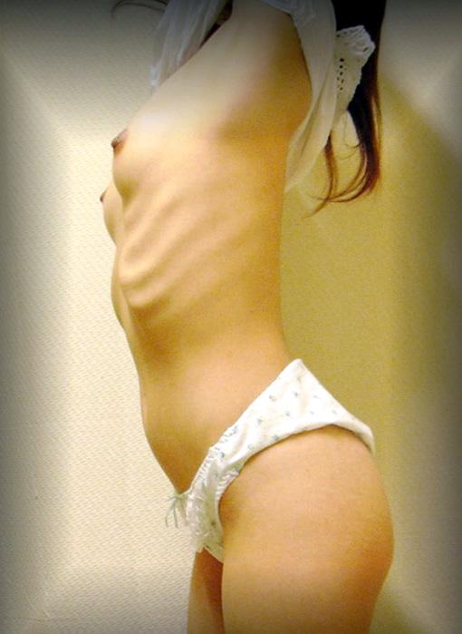 【おっぱい】肋骨が浮くほどスレンダーなお姉さんのエロ画像!【30枚】 30