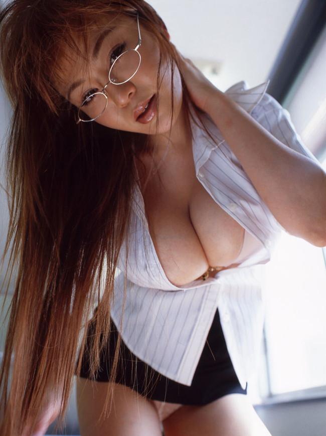 【おっぱい】谷間をガッツリ強調しちゃっているお姉さんのエロ画像!【30枚】 21