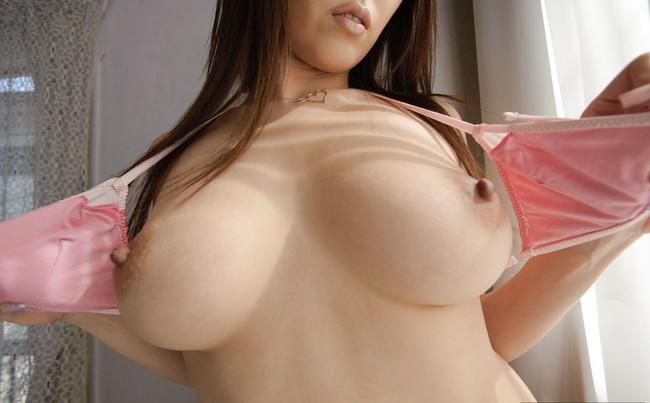 【おっぱい】乳首をビンビンにしちゃってるお姉さんのエロ画像!【30枚】 08
