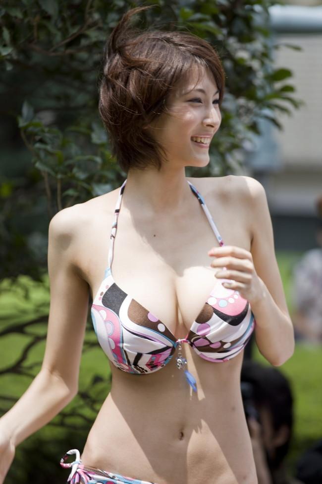 【おっぱい】むっちむちの爆乳のお姉さんの水着姿がヤバ過ぎるエロ画像!【30枚】 27